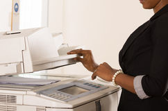 Μηχανή αντιγράφων δισκέτας εργασίας γυναικών γραφείων Στοκ Εικόνες