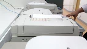 Μηχανή αντιγράφων σε χαρτί στο γραφείο απόθεμα βίντεο