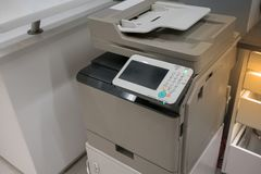 Μηχανή αντιγράφων στην αρχή ή κατάστημα έτοιμο να χρησιμοποιήσει στοκ εικόνες