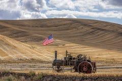 Μηχανή ατμού και σημαία στον τομέα στοκ φωτογραφία με δικαίωμα ελεύθερης χρήσης