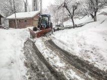 Μηχανή αφαίρεσης χιονιού στο δρόμο Στοκ Εικόνα