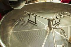 Μηχανή για τα φασόλια καφέ σε ένα εργοστάσιο καφέ στοκ φωτογραφία με δικαίωμα ελεύθερης χρήσης