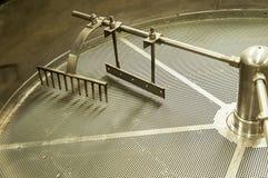 Μηχανή για τα φασόλια καφέ σε ένα εργοστάσιο καφέ στοκ εικόνα