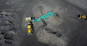 Μηχανή για τη μηχανική ταξινόμηση των μαζικών υλικών στα μέρη Βουίξτε χρησιμοποιημένος για να διασκορπίσει τα υλικά όπως ο άνθρακ απόθεμα βίντεο