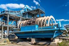 Μηχανή για το αμμοχάλικο, λεία για τις ζώνες μεταφορών στο μπλε ουρανό σε μια βιομηχανική τσιμεντοβιομηχανία στοκ εικόνες