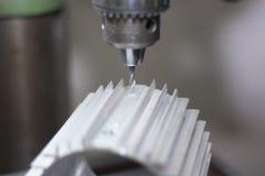 Μηχανή διατρήσεων σε ένα εργοστάσιο στη δράση στοκ εικόνες