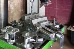 Μηχανή διατρήσεων Το κομμάτι τρυπανιών εγκαθίσταται στο τσοκ τρυπανιών Στοκ Εικόνες