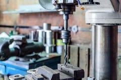Μηχανή διατρήσεων Το κομμάτι τρυπανιών εγκαθίσταται στο τσοκ τρυπανιών Στοκ Φωτογραφία