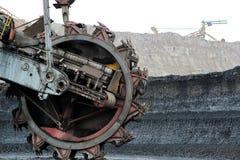 Μηχανή εκσκαφέων μεταλλείας στο καφετί ανθρακωρυχείο Στοκ φωτογραφίες με δικαίωμα ελεύθερης χρήσης