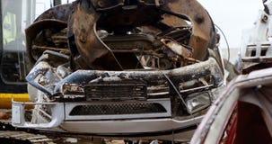 Μηχανή εκσκαφέων που χρησιμοποιείται στο junkyard 4k απόθεμα βίντεο