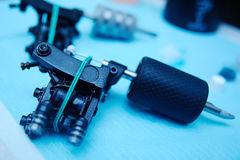 Μηχανή δερματοστιξιών στο υπόβαθρο ενός στούντιο Στοκ εικόνες με δικαίωμα ελεύθερης χρήσης