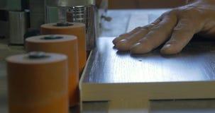 Μηχανή ζώνης ακρών στην παραγωγή των επίπλων Χειρωνακτική μηχανή για την παραγωγή επίπλων Παραγωγή της κόλλας επίπλων στοκ εικόνες