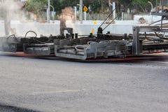 Μηχανή θερμαστρών Serface που λειτουργεί στο δρόμο ασφάλτου Στοκ Φωτογραφία