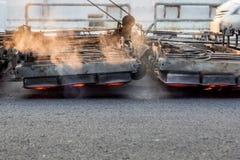 Μηχανή θερμαστρών Serface που λειτουργεί στο δρόμο ασφάλτου Στοκ Εικόνες
