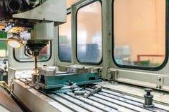 Μηχανή διατρήσεων μετάλλων στο εργοστάσιο Στοκ φωτογραφίες με δικαίωμα ελεύθερης χρήσης