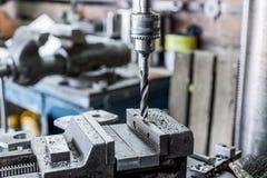 Μηχανή διατρήσεων Το κομμάτι τρυπανιών εγκαθίσταται στο τσοκ τρυπανιών Στοκ εικόνα με δικαίωμα ελεύθερης χρήσης