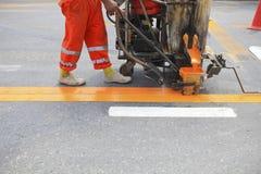 Μηχανή και εργαζόμενος στη οδοποιία Στοκ Εικόνες