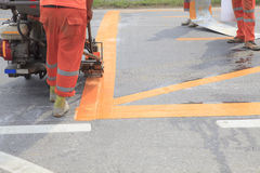 Μηχανή και εργαζόμενος στη χρήση οδοποιίας για το δρόμο και την κυκλοφορία Στοκ εικόνα με δικαίωμα ελεύθερης χρήσης