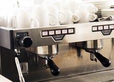 Μηχανή και φλυτζάνι καφέ στο εκλεκτής ποιότητας χρώμα που τονίζεται Στοκ Φωτογραφία