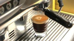 Μηχανή καφέ και γυαλί espresso απόθεμα βίντεο