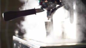 Μηχανή καφέ με τον ατμό από το σωλήνα απόθεμα βίντεο