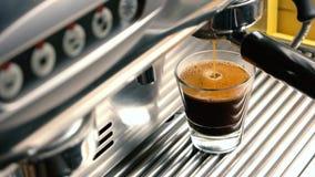 Μηχανή καφέ που γεμίζει ένα γυαλί απόθεμα βίντεο