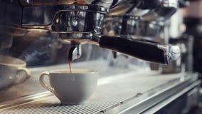 Μηχανή καφέ που κάνει το espresso σε έναν καφέ απόθεμα βίντεο