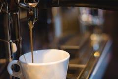 Μηχανή καφέ που κατασκευάζει τον καφέ στοκ εικόνες