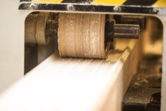 Μηχανή ξυλουργικής με το αεροπλάνο κατά τη διάρκεια της επεξεργασίας Στοκ Φωτογραφία