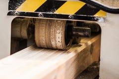 Μηχανή ξυλουργικής με το αεροπλάνο κατά τη διάρκεια της επεξεργασίας Στοκ φωτογραφία με δικαίωμα ελεύθερης χρήσης
