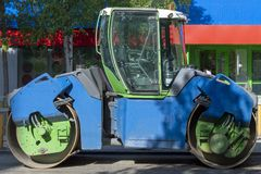 Μηχανή οδικής επισκευής - κύλινδρος για το κύλισμα ασφάλτου Γαλαζοπράσινα χρώματα Οδός της πόλης r στοκ φωτογραφία με δικαίωμα ελεύθερης χρήσης