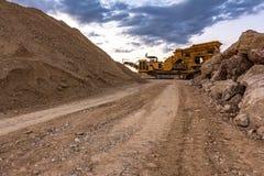 Μηχανή πέτρινων θραυστήρων σε ένα λατομείο ή ένα open-pit ορυχείο, για να μετασχηματίσει στο αμμοχάλικο στοκ εικόνα με δικαίωμα ελεύθερης χρήσης