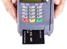 Μηχανή πιστωτικών καρτών εκμετάλλευσης χεριών Στοκ Φωτογραφία