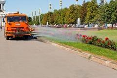 Μηχανή ποτίσματος εργασίας στο δημόσιο πάρκο Στοκ φωτογραφία με δικαίωμα ελεύθερης χρήσης