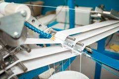 Μηχανή που κάνει τη συσκευασία σωλήνων εγγράφου στοκ εικόνα