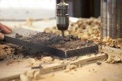 Μηχανή που τρυπά μια τρύπα με τρυπάνι Στοκ Εικόνα