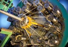 Μηχανή πλεξίματος μανικών μετάλλων Μεταλλική πλεξούδα στοκ εικόνες