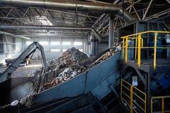 Μηχανή ραφιναρίσματος και αλυσίδα-περπατημένος εξοπλισμός μεταφορέων των σύγχρονων αποβλήτων REC στοκ φωτογραφία με δικαίωμα ελεύθερης χρήσης