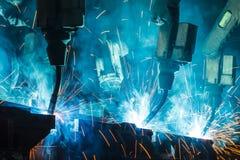 Μηχανή ρομπότ συγκόλλησης σε ένα εργοστάσιο αυτοκινήτων, κατασκευή, βιομηχανία Στοκ εικόνα με δικαίωμα ελεύθερης χρήσης