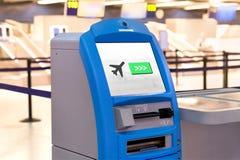 Μηχανή στον αερολιμένα για τον έλεγχο μέσα στοκ εικόνες
