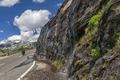 Μηχανή στο δρόμο βουνών Στοκ φωτογραφία με δικαίωμα ελεύθερης χρήσης