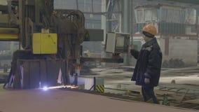 Μηχανή συγκόλλησης χειριστών γυναικών στο ναυπηγείο φιλμ μικρού μήκους