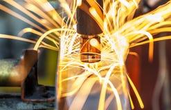 Μηχανή συγκόλλησης σημείων, αυτοκίνητο μέρος σε ένα εργοστάσιο αυτοκινήτων Στοκ εικόνες με δικαίωμα ελεύθερης χρήσης