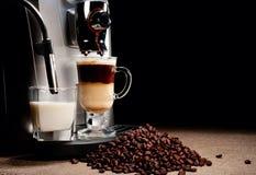 μηχανή σωρών καφέ φασολιών Στοκ φωτογραφίες με δικαίωμα ελεύθερης χρήσης