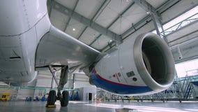 Μηχανή του αεροπλάνου κάτω από τη βαριά συντήρηση Μηχανή του σύγχρονου αεροπλάνου επιβατικών αεροπλάνων Μπροστινή όψη Αεραγωγός ε απόθεμα βίντεο