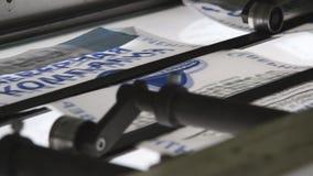 Μηχανή τυπογραφίας Τύπου τυπωμένων υλών στην εργασία απόθεμα βίντεο