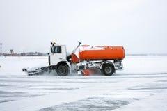 Μηχανή χιονιού στον αερολιμένα Στοκ εικόνα με δικαίωμα ελεύθερης χρήσης