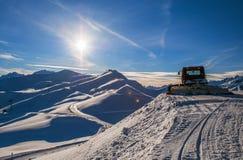Μηχανή χιόνι-καλλωπισμού στα χειμερινά βουνά Στοκ Φωτογραφία