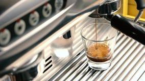 Μηχανή Espresso και πυροβοληθε'ν γυαλί απόθεμα βίντεο