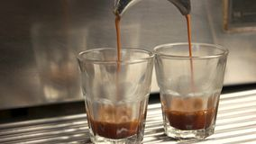 Μηχανή Espresso και δύο γυαλιά απόθεμα βίντεο